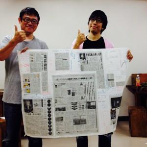 デモプレイで作った「いけにえ新聞」を手に(左:重松輝紀(バカダミアン)、右:竹内元一(サンピリ))