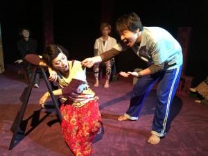 劇団きらら『ガムガムファイター』熊本公演(前列左から、オニムラルミ、有門正太郎)(撮影:劇団きらら)