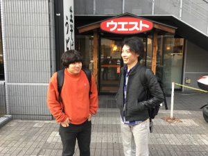 左から、西山明宏、川口大樹。インタビュー中に写真を撮り忘れたので「天神っぽい場所で撮ろう」となったが、なんかウエストしかなかった